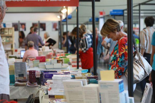 Le Festival du Livre de Mouans-Sartoux se réinvente pour l'édition 2020, pas de grandes allées de stand mais des lectures, conférences-débats en plein air.