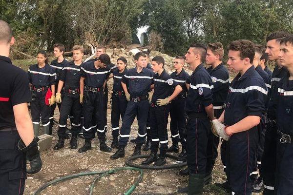 Encadrés par des animateurs et des pompiers retraités, des jeunes sapeurs-pompiers sont partis de Contes pour aider les sinistrés de l'Aude.