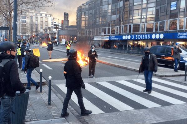 Affrontements entre casseurs et policiers de la BAC devant des commerces à Rennes