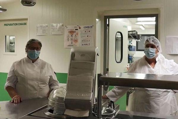 """Dans les cuisines, les cantinières se prêtent au jeu du """"Cov'interview""""."""