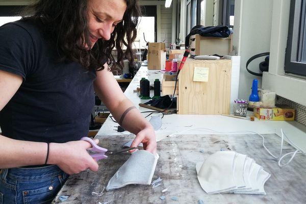 Une couturière en plein travail dans l'atelier Julien H