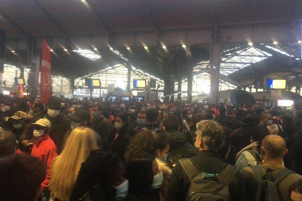 Des usagers à la gare Saint-Lazare mercredi 24 février.