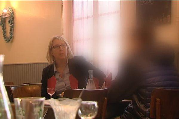La directrice de l'association s'entretient lors d'un déjeuner avec l'un des jeunes qu'elle suit.