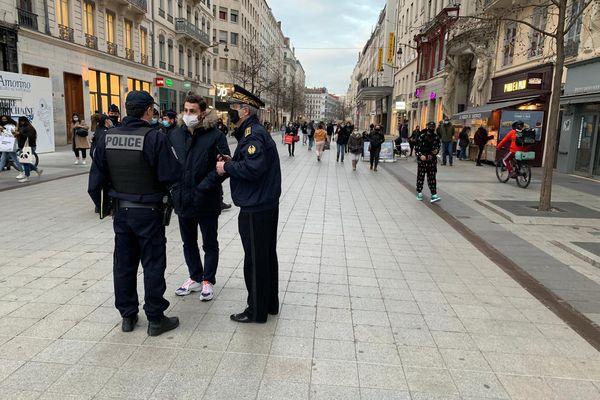 Lyon, rue de la République, le 27 février à 18h30, la fréquentation est encore significative.