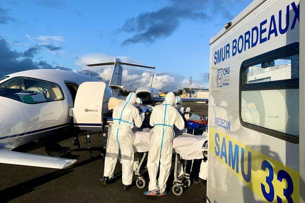 Des patients atteints par le coronavirus sont transférés de Saint-Etienne à Bordeaux, vendredi 23 octobre.