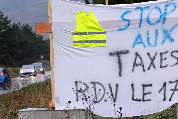 Une banderole artisanale du mouvement des gilets jaunes appelant à manifester le 17 novembre 2018 pour dire Stop aux taxes sur le carburant.