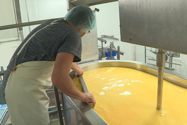 Début de la fabrication de la mimolette dans cette cuve.