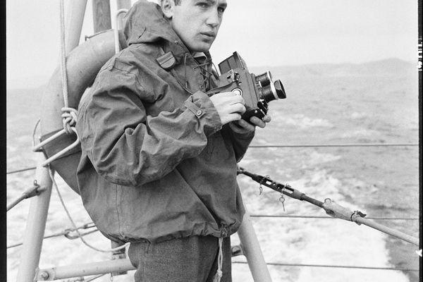 Raymond Depardon pendant son reportage consacré à la vie quotidienne de l'escorteur « Le Picard », Toulon, 1962-1963.