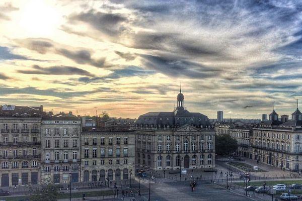 Vue des quais de Bordeaux (bourse maritime) depuis le pont supérieur du paquebot The World.