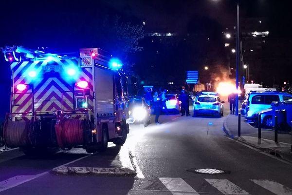 De nombreuses forces de l'ordre sont présentes dans le quartier du Mirail à Toulouse où de nouvelles violences ont éclaté ce lundi soir.
