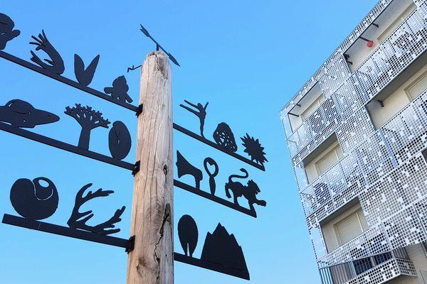 L'un des mâts-girouettes inspirés des arbres de mai, l'oeuvre de Céclie Falières.