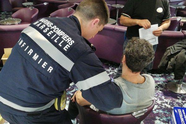 Depuis lundi matin, 12 équipes de soins, dont le Bataillon de marins-pompiers de Marseille, vaccinent 4.000 personnes contre le pneumocoque, sur le port de Marseille.