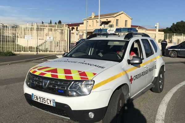 31/01/2020. Un véhicule de la Croix rouge devant l'entrée de la base aérienne d'Istres (Bouches-du-Rhône) où sont attendus les premiers Français rapatriés de Wuhan, épicentre de l'épidémie de coronavirus.
