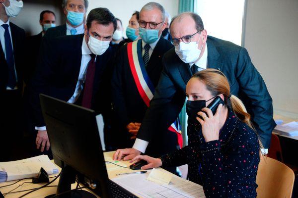 Le ministre de la Santé, Olivier Veran, et le Premier ministre, Jean Castex, en déplacement dans un centre de vaccination de la Nièvre, le 9 mars 2021.