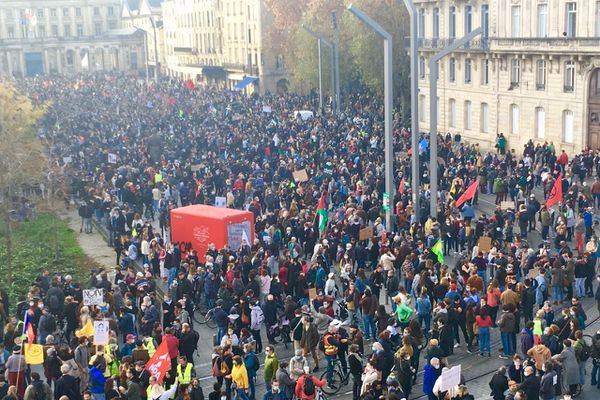 Des milliers de manifestants convergent vers la place Pey-Berland, qui marque la fin de la mobilisation déclarée.