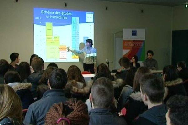 Des étudiants picards dans un Lycée d'Amiens pour informer les élèves de Terminale sur le monde étudiant.