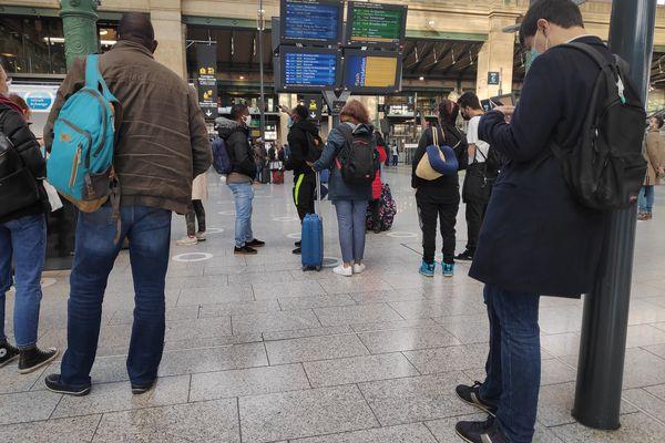 Des passagers attendent leur train gare du Nord, alors que de nombreuses suppressions ou retards sont à signaler, le 21 octobre 2021.