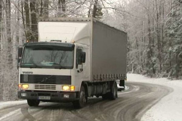 Ce camion est obligé de manoeuvrer en marche arrière pour retrouver un axe dégagé