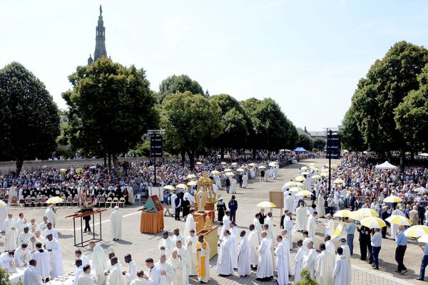 Au Grand pardon de Saint-Anne d'Auray, la procession avec les statues et bannières a rassemblé 20 000 personnes ce jeudi matin.