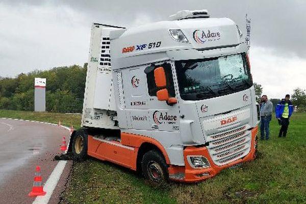 C'est en voulant faire une pause sur l'aire d'autoroute Troyes Le Plessis que le chauffeur a raté un virage, entraînant son 40 tonnes sur le bas-côté