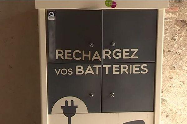 Dans ces casiers sécurisés, des prises de courant pour recharger gratuitement ses batteries