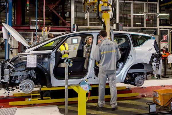 Chaîne de montage à l'usine Renault de Douai.