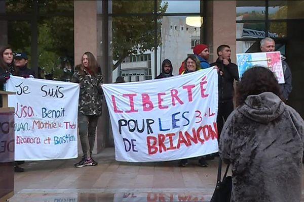 """Manifestation à l'extérieur du tribunal de Gap en soutien au """"7 de Briançon""""."""
