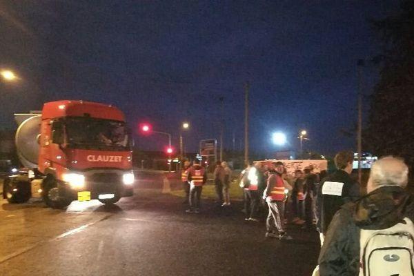 Depuis 6H00, mardi 26 septembre, une quarantaine de manifestants, majoritairement des militants CGT s'est rassemblée devant le dépôt de carburant de Cournon-d'Auvergne, dans le Puy-de-Dôme.