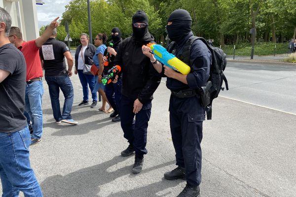 Les policiers de Reims avec des fusils à eau.