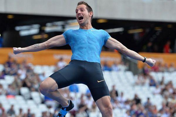 Renaud Lavillenie s'impose à 6m03 au stade olympique de Londres le 25 juillet 2015. Un stade rempli de souvenirs pour le perchiste auvergnat médaillé d'or aux JO de 2012.