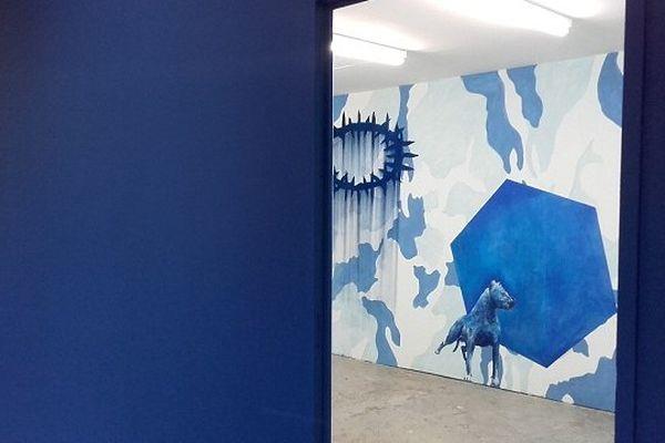 Installation de laurent Pernel, une boîte à images qui prend pour référence le bleu du drapeau français
