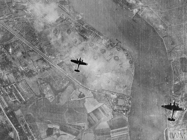 Deux Dornier Do 217 survolant la Tamise, au-dessus de Plumstead, à l'est de Londres, le 7 septembre 1940.