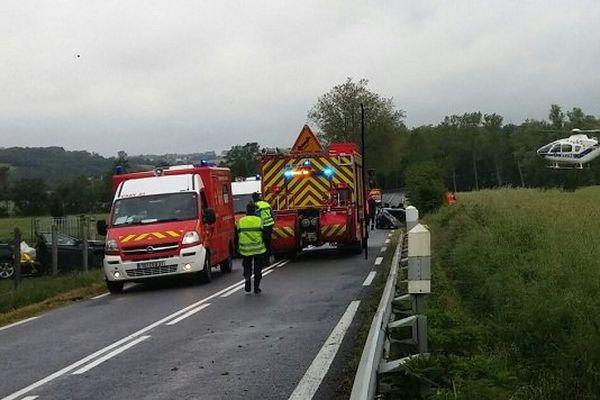 Sur la chaussée et à gauche de la photo, les deux véhicules accidentés