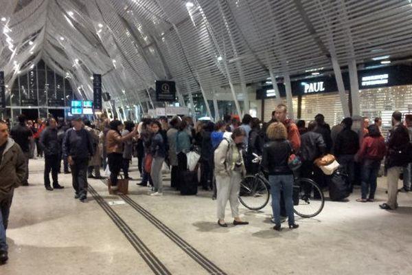 """Cette nuit, la gare de Montpellier envahie par les """"naufragés"""" des inondations."""