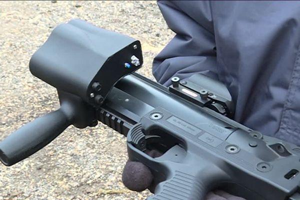 Dans le boîtier situé sur le lanceur : des capteurs, une alarme et l'enregistrement des tirs.