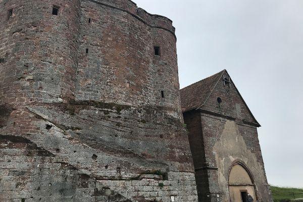 Le château de Lichtenberg, grandeur nature et avec sa réelle teinte. À l'intérieur, sa reconstitution en petites briques colorées...