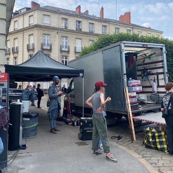 L'équipe de tournage devant la Préfecture de Nantes