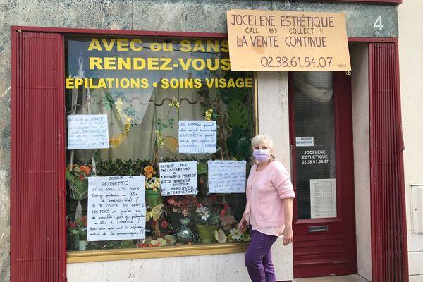 Jocelene devant sa boutique d'esthétique à Orléans.
