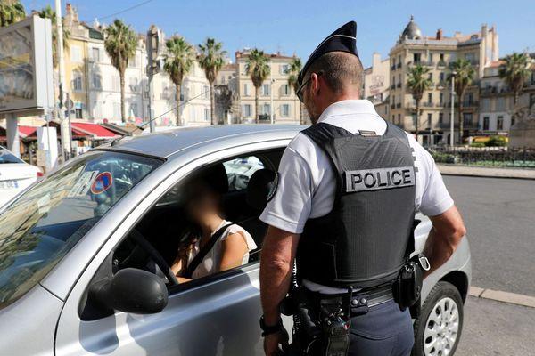 Mise en place de la circulation différenciée à Marseille, un contrôle de police place Castellane.