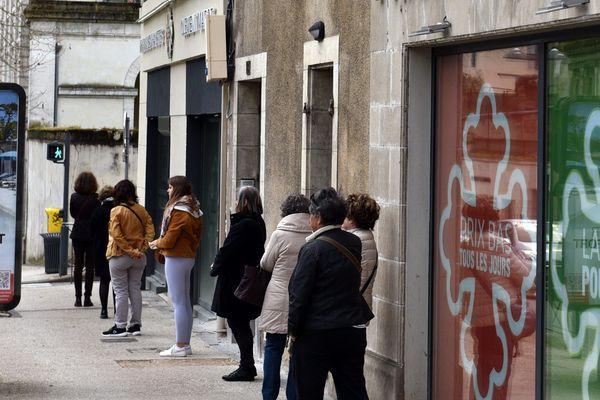 A Cahors, queue devant une pharmacie pour le premier jour du confinement, le 17 mars.