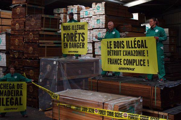 Des militants de Greenpeace déploient leurs banderolles dans un hangar du port de La Pallice (17)