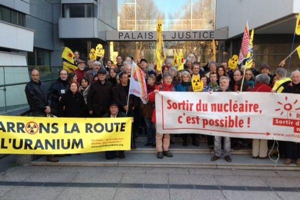 Les militants de Stop Uranium devant le tribunal de Narbonne