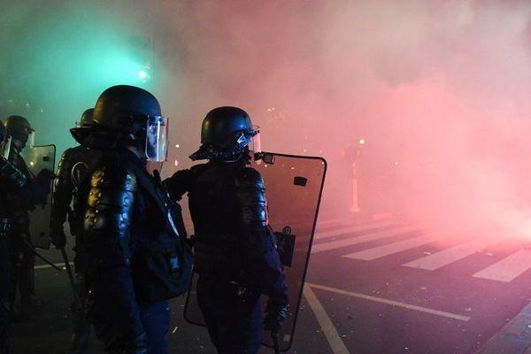 Des policiers postés à proximité de la manifestation du 5 décembre 2019, entre la gare du Nord et la place de la Nation.