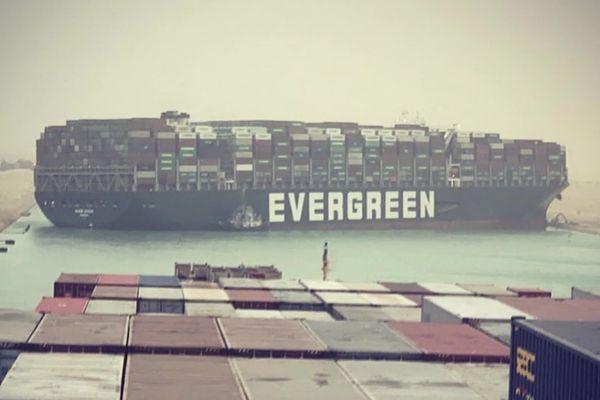 Sur le canal de Suez, le porte-conteneur en travers de tout son long.