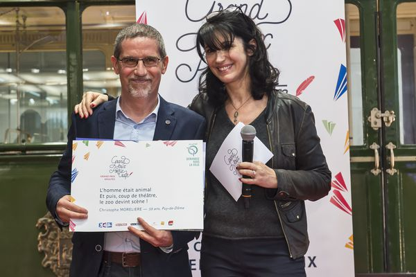"""Christophe Morelière a remporté le Grand Prix """"Adultes"""" du Concours de Poésie de la RATP version 2016. Cet homme de 59 ans, originaire du Puy-de-Dôme, a reçu son prix des mains de la comédienne Zabou Breitman."""