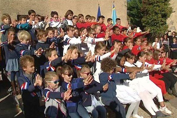 Saint-Jean-de-Védas (Hérault) - l'hommage des jeunes en signant la marseillaise - 11 novembre 2016.