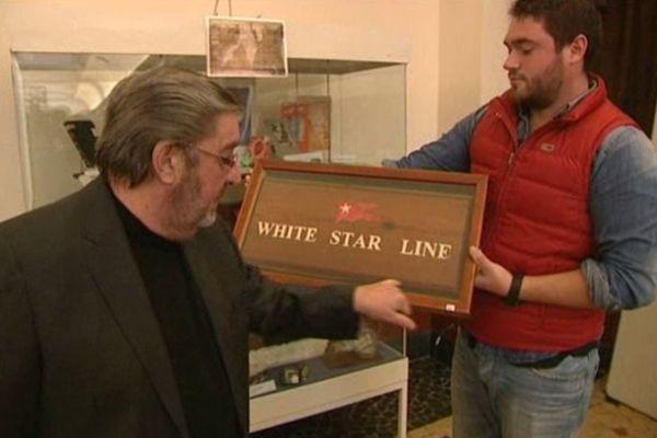 Ici, une plaque qui avait été montée à bord du Titanic avant d'être retirée pour un petit défaut de fabrication; Une pièce particulièrement rare