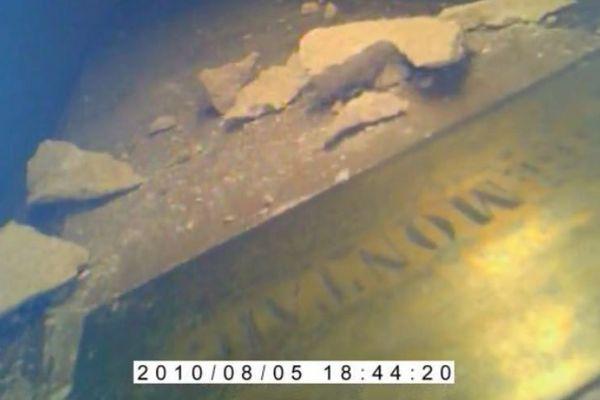 """Le cerceuil et la plaque portant l'inscription """"Montaigne"""" retrouvés dans les sous-sols du musée d'Aquitaine. Une étude permettra de vérifier l'authenticité de la découverte."""