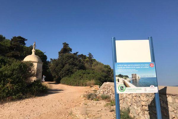 """Plusieurs affiches informatives comme celle-ci rappellent aux touristes la bonne marche à suivre sur cette """"île sans poubelle""""."""