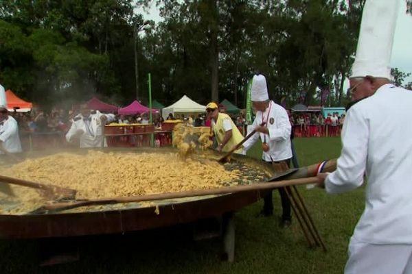 Une omelette au saucisson de cerf confectionnée par la confrérie des chevaliers de Dumbéa assistée de 4 représentants de Fréjus.